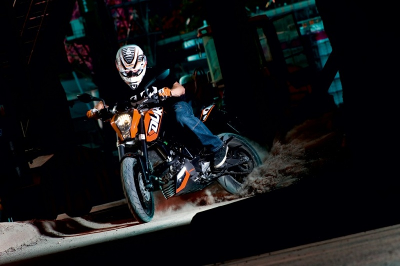 promo ktm km de carburant offert avec la duke 125. Black Bedroom Furniture Sets. Home Design Ideas