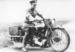 Lawrence d'Arabie au guidon d'une Brough Superior Ss100