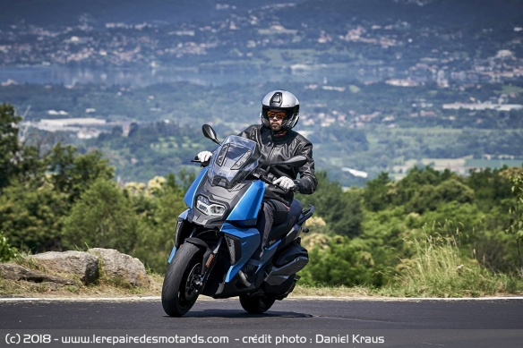 BMW C400X sur nationale