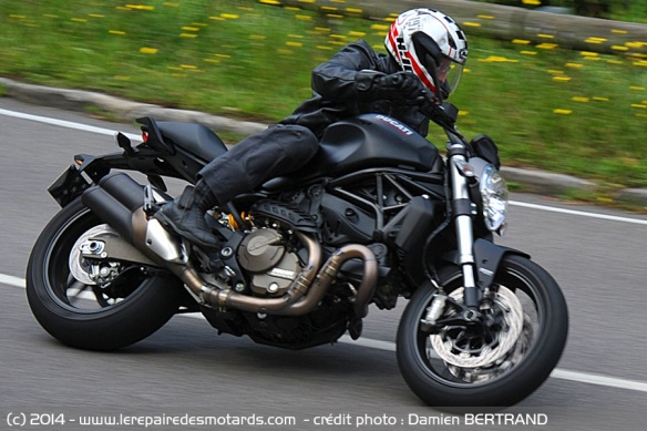 Ducati Monster 821 sur route