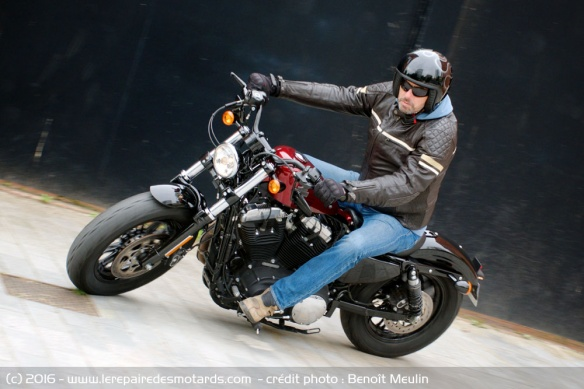 Harley-Davidson Forty-Eight en virage