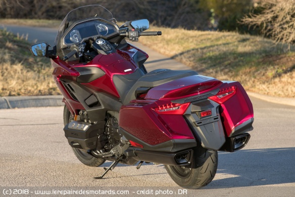 Les essais de presse de la Goldwing 2018 - Page 2 Honda-gl1800-goldwing-ar