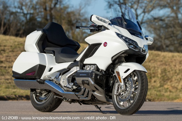 Les essais de presse de la Goldwing 2018 - Page 2 Honda-gl1800-goldwing-blanc