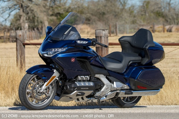 Les essais de presse de la Goldwing 2018 - Page 2 Honda-gl1800-goldwing-cote