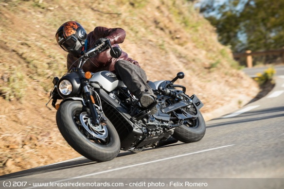 L'Indian Scout Bobber en courbe