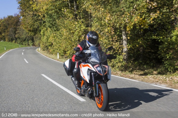 La 1290 Super Duke GT sur route