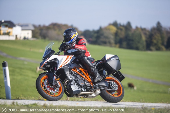 KTM 1290 Super Duke GT sur route