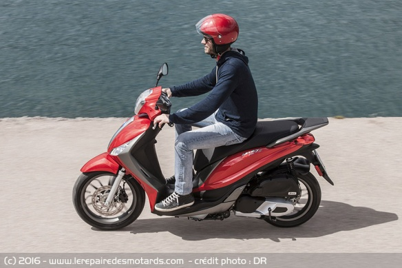 scooter Piaggio Medley 125 sur nationale