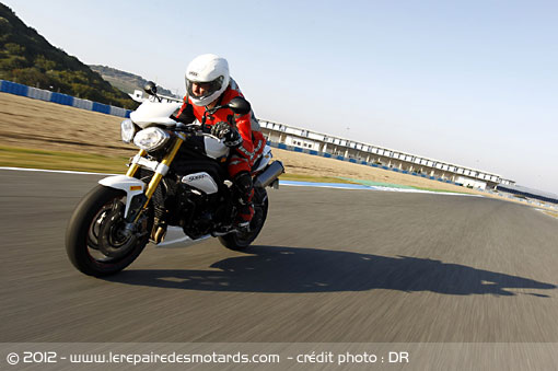 Triumph Speed Triple R 1050 sur route