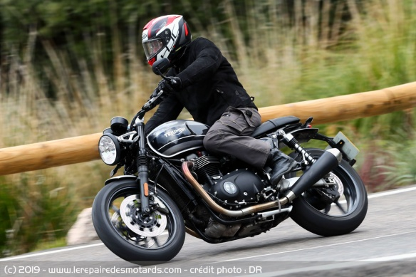 La Triumph Speed Twin 1200 en courbe
