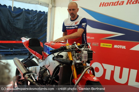Dans le stand du team officiel Honda